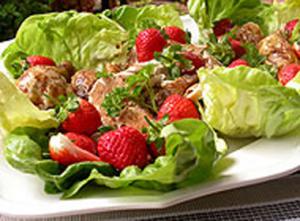 Печено пиле със зелена салата, ягоди и балсамов сос