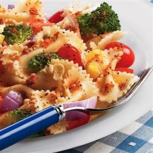 Салата от паста с броколи и чери домати