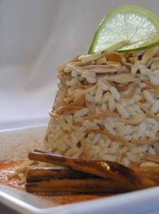Пиле с ориз, канела и бадеми