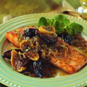 Сьомга с карамелизиран лук и смокинов сос