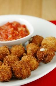 Панирани топки моцарела с доматен сос
