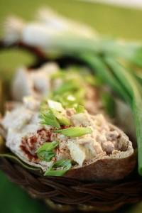 Млечна салата с риба тон