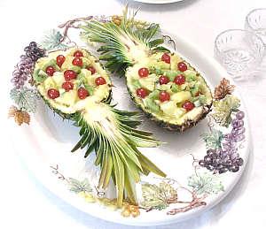 Плодова салата в ананас