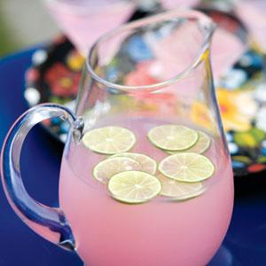Студена розова лимонада