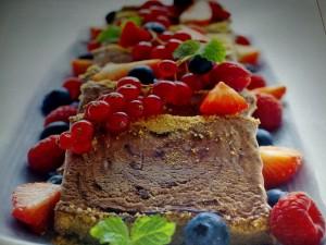 Шоколадово семифредо с плодове