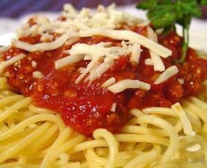 Пълнозърнести спагети със сос и овче сирене
