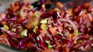 Зимна салата с червено зеле, моркови, портокал и кашу